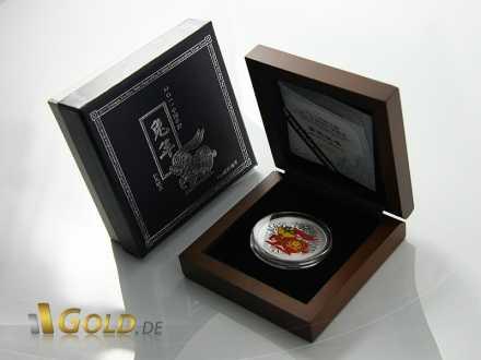 Münze in Holzschatulle mit Karton